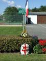 La Croix de Lorraine de la Délégation du Loiret de la Fondation de la France Libre et la gerbe de la municipalié