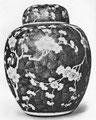 Vase de porcelaine avec fleurs de pruniers, mei houa kouan, couvercle en forme de cloche. Branches de pruniers sauvages sur fond battu bleu éclatant.