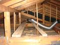 2)排気ダクト設置する為、渡り板(2x4材)を設置し、その後、ダクトを設置。