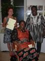 Vorstandsmitglied Erna Harand und das Ehepaar Ouedragogo freuen sich über das rege Interesse