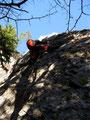 anfangs sehr steil auf leicht abwärts geschichtetem Fels