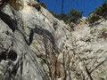 die schrofige Plattenrinne mit den beiden kurzen Steilaufschwüngen, im linken oberen Eck ist die Höhle des Wienersteigs sichtbar
