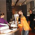 Susan Schiek beim Kaffee verkaufen