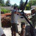 Viele kleine und grosse Händer helfen mit für den Transport