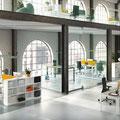26 Großraumbüro mit Doppelarbeitsplätzen und Prisma 2 Regalen, mittig Hochtisch als Kommunikationsinsel