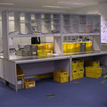 SR16 beidseitig bedienbares Sortierregal für die Post-Vorsortierung, mit Freiraum für die Postkisten