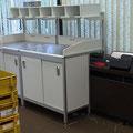 TAK5 Posteingans-Schütttisch mit 3-seitiger Aufkantung, die ein Herunterfallen der ausgeschütteten Eingangspost verhindert