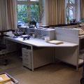 TAK10 persönlicher Arbeitsplatz mit kleinem Vorsortierregal, daneben Schütttisch mit 3-seitiger Aufkantung