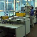 TAK2 Tische in unterschiedlichen Höhen, Sitzarbeitsplatz ca. 720 mm, Steharbeitsplatz ca. 910 mm, Maschinentischhöhe abhängig vom Gerät