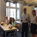 Peter Nengelken vom Nachbarschaftsbüro des Düsseldorfer Flughafens mit Frau Sörgel (Leiterin der Bienen AG)