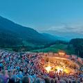 Gemütliche Atmosphäre während eines Konzertes über dem Faaker See