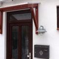 ... und schützt die Tür und den Eingangsbereich vor Wind und Wetter.