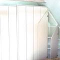 Platz nutzen: Einbauschrank in einer Dachschräge.