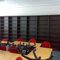 Konferenzraum mit Regalsystem.