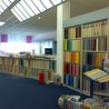 Präsentationsfläche für Teppiche, Tapeten und Farben. Wandregal und...