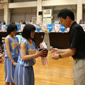 優勝(若園中学校)への優勝カップ贈呈