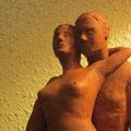 couple enlacé sculpture argile