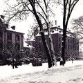 Der Schillerplatz mit dem Justizgebäude