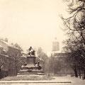 Der Marktplatz mit Rückertdenkmal im Winter