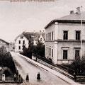 links das Oberndorfer Kriegerdenkmal, dahinter die Turnhalle des TVO, rechts die beiden Schulgebäude der alten und neuen Schule