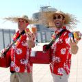 Die singenden Strandverkäufer eignen sich sehr gut um Give-aways unter die Gäste zu bringen.