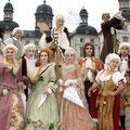Barokoko - Aufwändige Kostüme und reichhaltige Spielszenen mit bis zu 20 Personen.