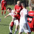 16.10.2011 TSV - TSV Donndorf 2:2 //  Die beiden Kapitäne Christian Häfner (in weiß) und Martin Dörr (in rot) schenkten sich nichts…