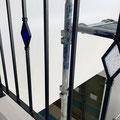 七色と濃い青色のステンドグラス