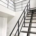 階段下からつながる吹き抜けフェンス