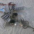 LL005 Llavero plateado de cuentas blancas y negras, corazones, llave y lazo de cuadritos. Largo aprox. 13cm