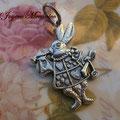 C038 Colgante conejo Alicia en el país de las maravillas