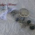 LL001 Llavero plateado de cuentas negras y blancas, brújula, cadena y lazo musical. Largo aprox. 13cm