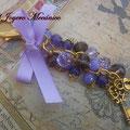 LL007 Llavero dorado de cuentas violetas, con candado, llave y lazo. Largo aprox. 14cm