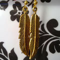 PD001 Pendientes dorados con pluma. Largo 6cm.