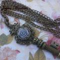C025 Collar largo llave y flor. Largo aprox. cadena 80 cm