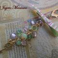 LL006 Llavero dorado de cuentas verdes y rosas, con candado y llave, y lazo. Largo aproximado 16cm