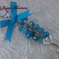 LL003 Llavero plateado de cuentas azules lampwork, facetadas de cristal, llave y lazo. Largo aprox. 15.5cm