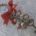 LL004 Llavero plateado de cuentas facetadas de cristal y jade rojas, con llave y lazo. Largo aprox. 14cm