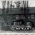 ca. Ende 1930  |   Kinder des Dorfes und Gutsarbeiter