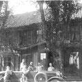 in den 1920er Jahren  |   Besuch im Automobil vor dem Gutshaus