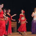 Die AG orientalischer Tanz bot ihre Künste auf der Bühne da.