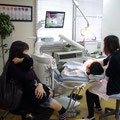 お母さんが隣についてくれるとお子さんも安心して治療が受けられますね。