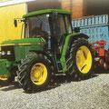 John Deere 6210 SE Traktor mit Ladewagen (Quelle: John Deere)