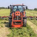 Kubota M95GX-IV Traktor mit Frontlader und Heuwender (Quelle: Kubota)