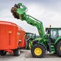 John Deere 6120M Traktor mit Frontlader (Quelle: John Deere)