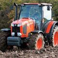 Kubota M110GX-II Traktor mit Pflug (Quelle: Kubota)