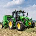 John Deere 6120M Traktor mit Ballenpresse (Quelle: John Deere)
