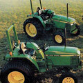 John Deere 970 und John Deere 1070 Kompakttraktoren (Quelle: John Deere)
