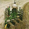 John Deere 1020 Traktor mit Pflug (Quelle: John Deere)