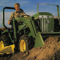 John Deere 855 Kleintraktor mit Frontlader (Quelle: John Deere)
